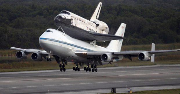 El transbordador Discovery volando encima de un Boeing 747 de la NASA