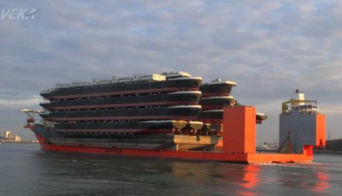 El MV Blue Marlin transportando decenas de buques