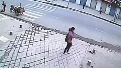La Tierra se traga a una niña en China
