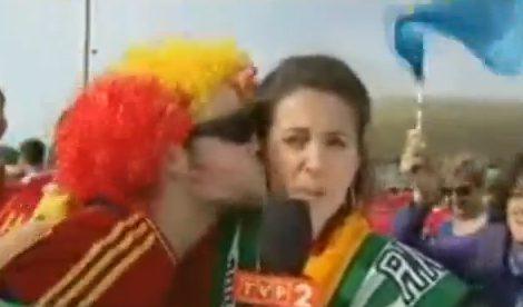 Aficionados españoles se la lían a una reportera que cubre la Eurocopa 2012