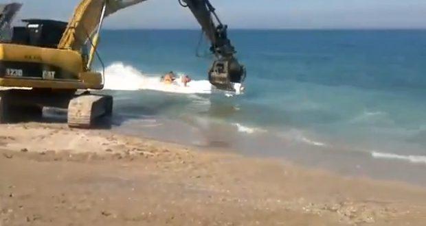En Rumanía no se llevan las colchonetas a la playa, se llevan la excavadora
