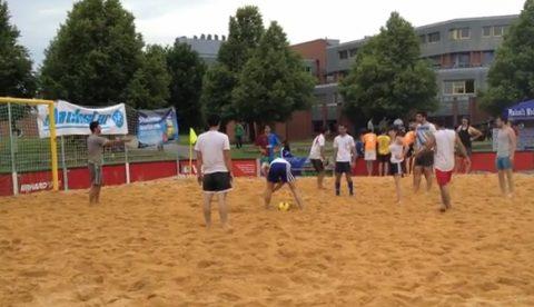 Partido de fútbol playa: Deciden que la chica tire el penalti decisivo