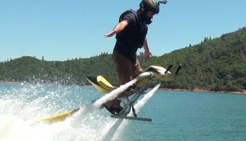Jetovator, la moto de agua de propulsión a chorro para volar sobre el mar