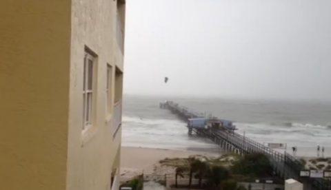 Un Kite surfer salta un muelle en Redington Beach durante la tormenta tropical ''Debby''