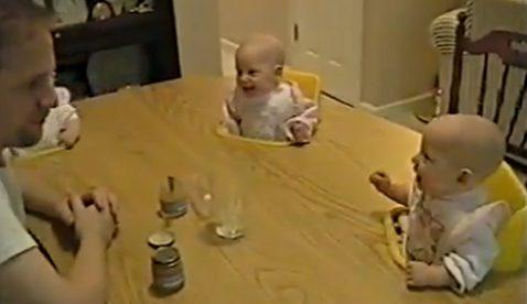 Así es la conversación de un padre con sus cuatro hijos bebés