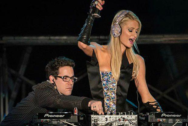 Momento en el que Paris Hilton es ayudada por un dj profesional en su debut en Sao Paulo, Brasil