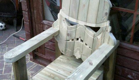 Silla de madera tallada en forma de casco de Stormtrooper