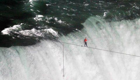 El funambulista Nick Wallenda cruza las cataratas del Niágara en el punto más complicado