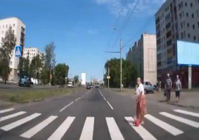 Una abuela rusa ninja no necesita ayuda para cruzar el paso de peatones