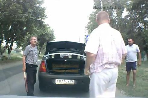 Parece ser que en Rusia es habitual ir con bates y hachas en el coche