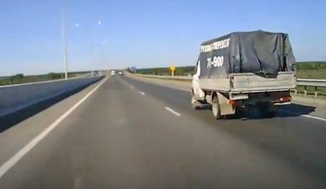 Una pieza del coche que acaba de sufrir un accidente atraviesa la luna de un vehículo del carril contrario