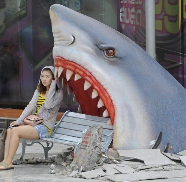 Un enorme tiburón comiéndose un banco