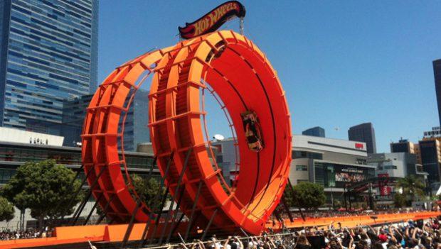 Tanner Foust y Greg Tracy desafían a la gravedad completando con éxito el Hot Wheels Double Loop