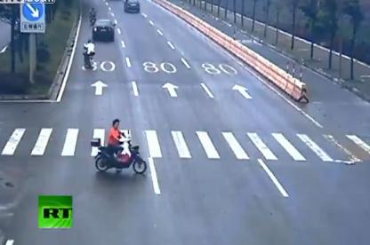 Una mujer en moto escapa de la muerte