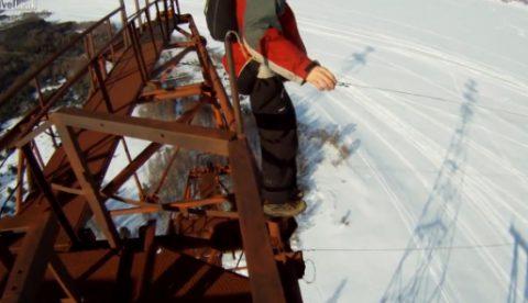 Se tira de un poste eléctrico de 150 metros y su paracaídas no se abre