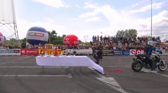 Así es como se quita el mantel de una mesa con una moto