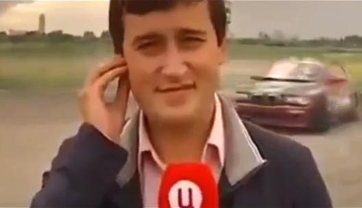 Un reportero es atropellado mientras cubre un motor show