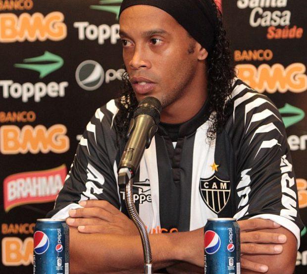 Ronaldinho pierde su contrato de 600.000 euros anuales con Coca-Cola por 'beber' Pepsi