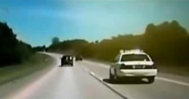 La policía escolta a una mujer con el acelerador del coche atascado a 177 km/h