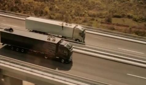 Una mujer tiene que cruzar el cable antes de que los camiones entren en el túnel