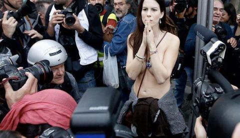 Jill Love, la mujer que se manifestó en tetas durante el 25-S