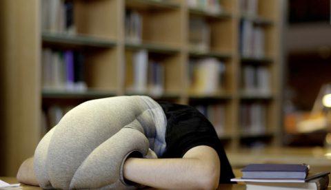 Ostrich Pillow, la almohada para siestas en cualquier sitio