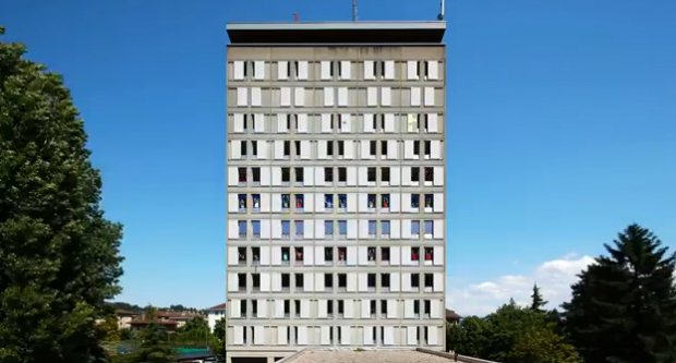 Un edificio de 11 pisos es utilizado como pantalla para hacer una gigantesca animación humana