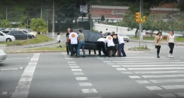 Lección a los coches que invaden el paso de peatones