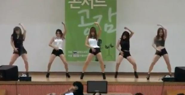 Estudiantes de ingeniería viendo un show de hot girls por primera vez