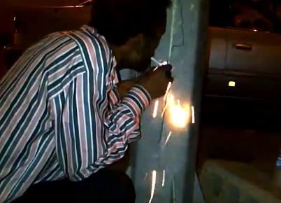 Enciende un cigarrillo manipulando los cables de una farola