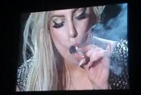 Lady Gaga fuma marihuana y defiende su consumo en un concierto en Amsterdam