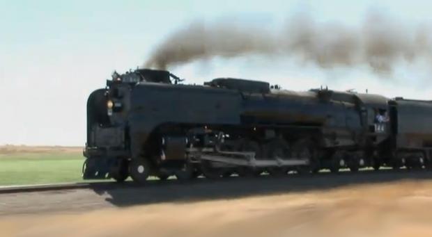 Tren impulsado por una locomotora de vapor a 120 km/h