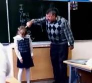 Una niña le da una patada en los huevos a su profesor tras ser insultada en clase
