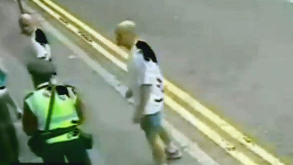 Un hombre le mete una patada de karate en la cara a un policía en plena calle