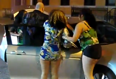 Pelea nocturna de féminas en una calle de Nueva York