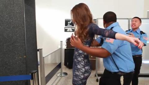 Policías del control de seguridad del aeropuerto que se toma muy en serio su trabajo