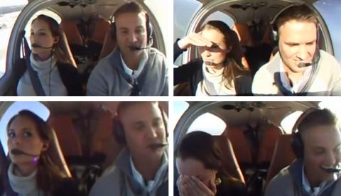 Propuesta de matrimonio de infarto: Un piloto le hace creer a su novia que va a morir tras un problema en el avión durante un vuelo romántico