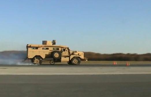 Prueba de frenado de un vehículo militar a casi 100 km/h