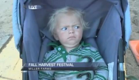 Un reportero de televisión hace llorar a un bebé