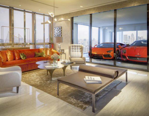 Los millonarios aparcan sus superdeportivos al lado del salón