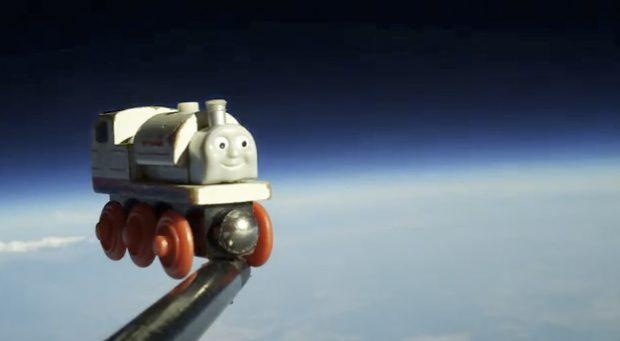 Un tren de juguete en el espacio