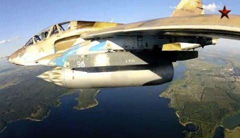 El vuelo de un avión Su-25UB grabado con una cámara GoPro colocada en el ala