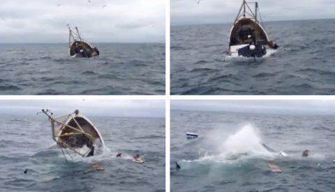 Salva a su compañero segundos antes de que el barco se hunda por completo