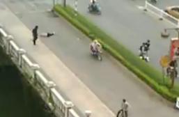 Un hombre borracho ataca a la gente en un puente de china