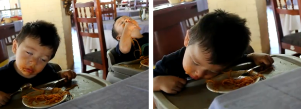 Dos niños gemelos se duermen mientras comen espaguetis