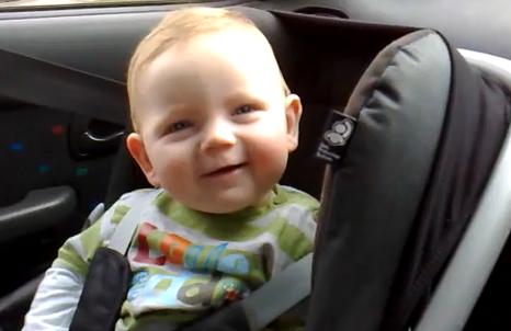 El bebé que lucha por mantenerse despierto con una sonrisa