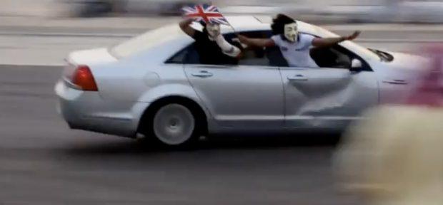 Un hombre es golpeado brutalmente mientras grababa a un coche haciendo drifting