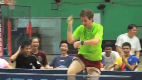 Gana el partido de ping pong y lo celebra bailando el Gangnam Style de PSY