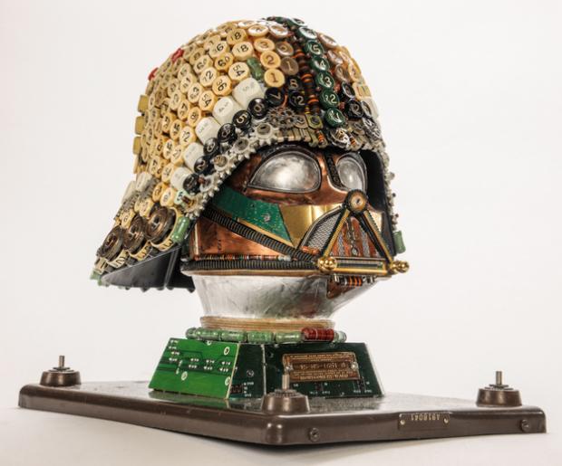 Casco de Darth Vader hecho con trozos de máquinas de escribir antiguas