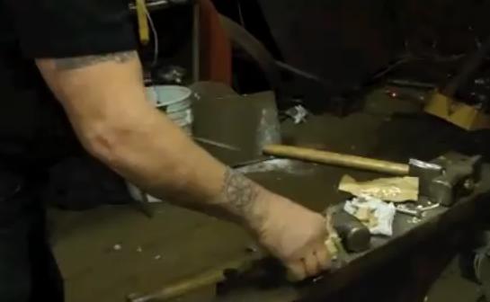 Cómo encender un cigarrillo con un martillo